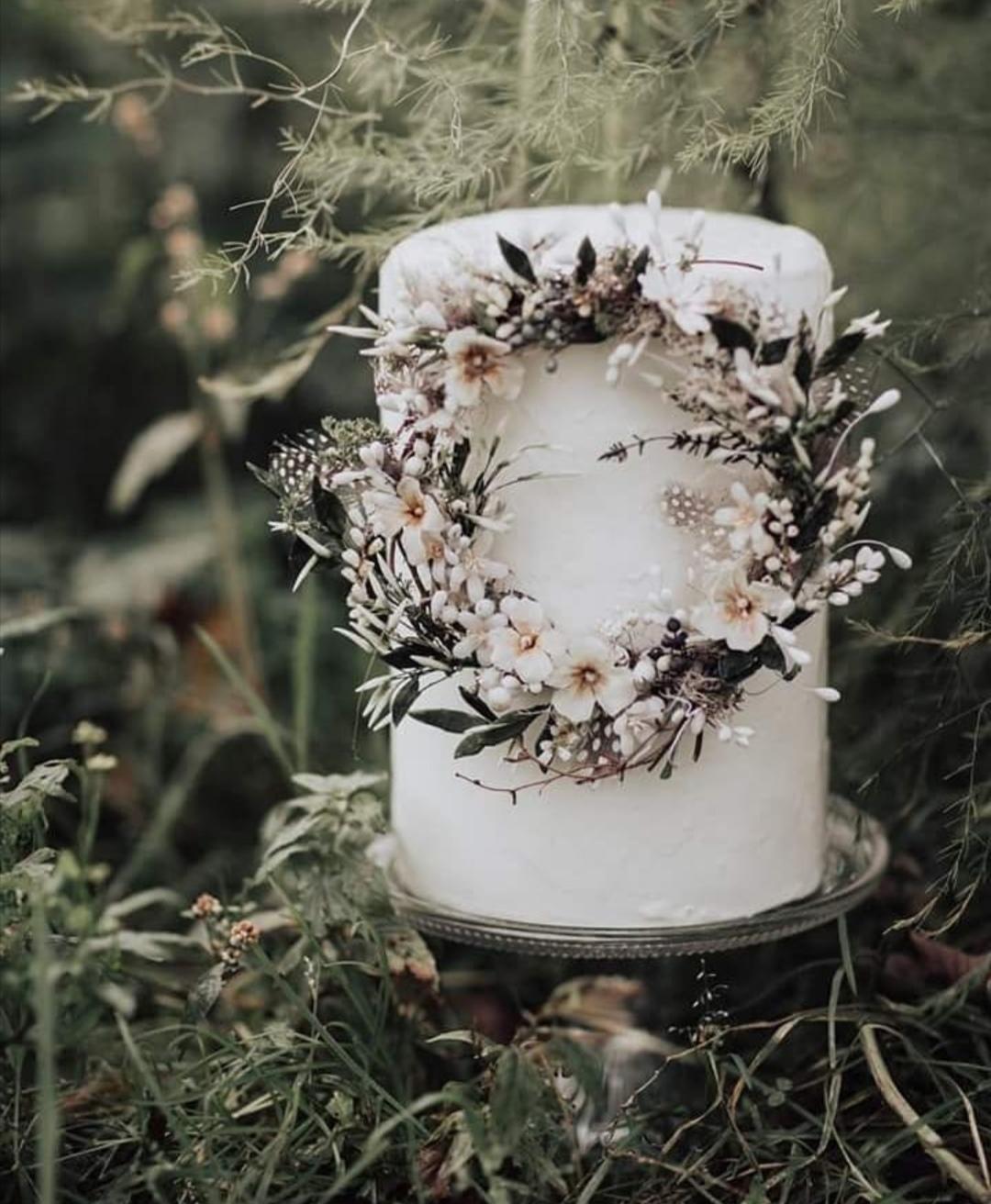Winter white single tier wedding cake